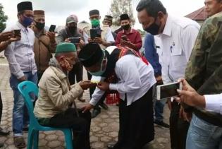 Bupati Tgk H Sarkawi Serahkan BLT Dana Desa Di Kecamatan Bener Kelipah dan Permata