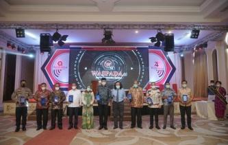 Walikota Tebingtinggi Terima Anugerah Tokoh Waspada Peduli Indonesia Sehat 2020