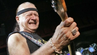 Legenda Surf Rock Dick Dale Meninggal Dunia