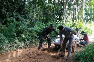Tumbuhkan Semangat Goro, Babinsa Kodim 0302/Inhu Bantu Warga Timbun Jalan