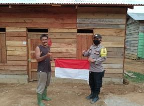 Cerita Polisi Di Inhu Antar Bendera Merah-Putih Ke Suku Pedalaman