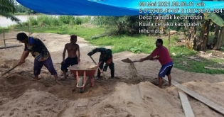 Babinsa Koramil 01/Rengat Laksanakan Komsos dan Goro Menimbun Pondasi Musholla