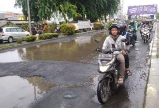 Banyak Lubang, Hati - Hati Dalam Melintas Jalan Kalimalang Samping Mall Metropolitan Kota Bekasi