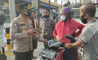 Kesigapan Petugas Polisi Saat Tugas Penyekatan PPKM, Bantu Ibu Hamil Yang Mau Melahirkan Dijalan