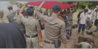 Tetesan Air Mata Keluarga Dan Sahabat Iringi Pelepasan Jenazah Anggota Satpol PP