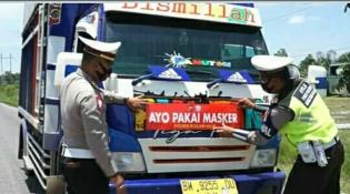 Satlantas Polres Rohil Pasang Stiker Himbauan 'Ayo Pakai Masker' Pada Kendaraan Umum