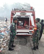 TPA Sei Parit Blidaan Terbakar, Babinsa Kodim 0204/DS dan Damkar Antisipasi Kabut Asap
