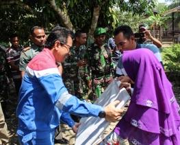 Dandim 0117/Atam Bersama Pertamina Serahkan Bantuan Kemensos RI