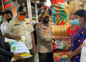Kapolres Rohil Tinjau Lokasi Kebakaran Serta Serahkan Bantuan Dari Kapolda Riau