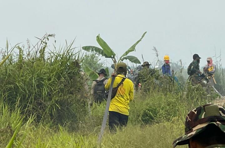 Kapolsek Pujud Pimpin Pemadaman Titik Api di Kepenghuluan Ulak Kemahang