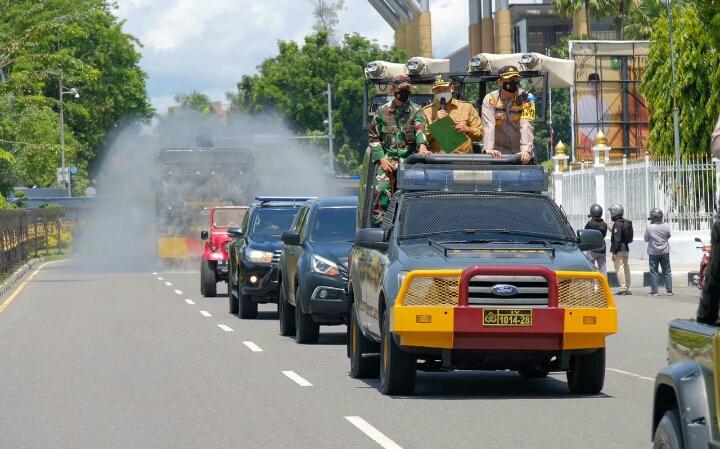 Cegah Masivnya Penyebaran Covid, Polda Riau Bersama Forkopimda Lakukan Disinfektan Skala Besar di Jalan