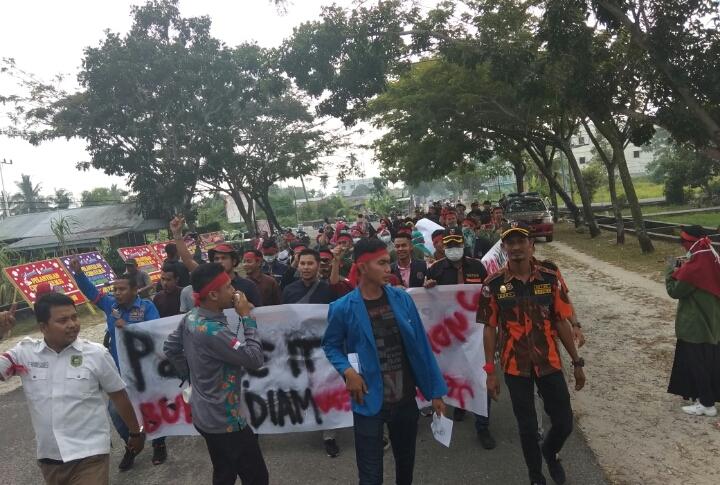 Aksi Demonstrasi di DPRD Kabupaten Kepulauan Meranti Sempat Ricuh