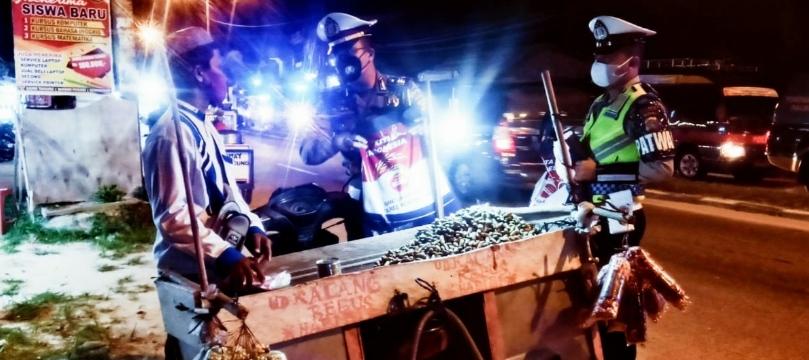Polres Rohil Gelar Patroli Skala Besar Disertai Pembagian Bansos Kepada Pedagang Kaki Lima