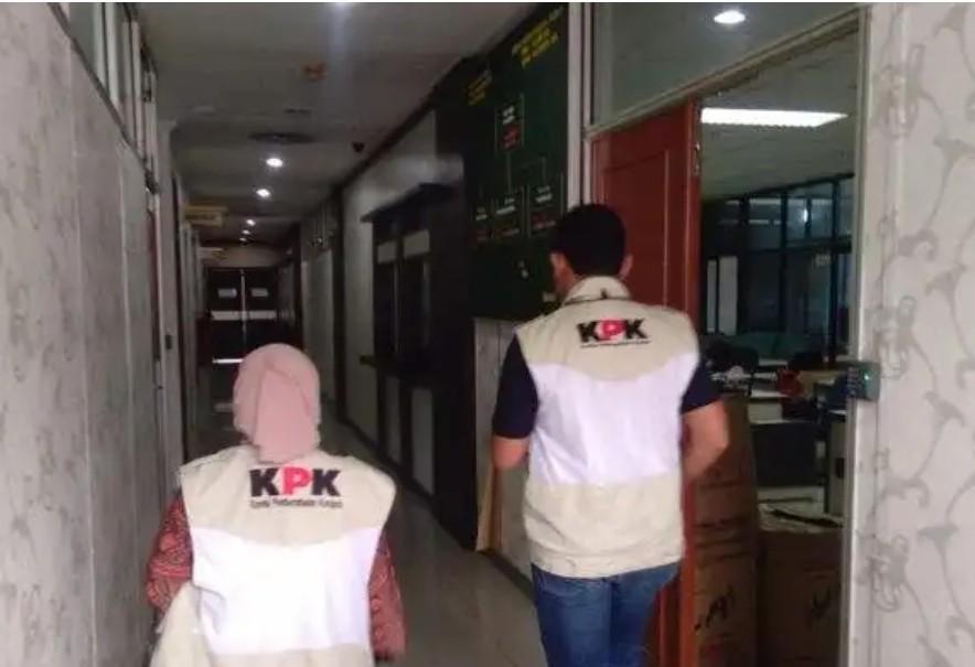 Penyidik KPK Geledah Kantor Bupati Dan Wisma Daerah Bengkalis, Wartawan Dilarang Masuk