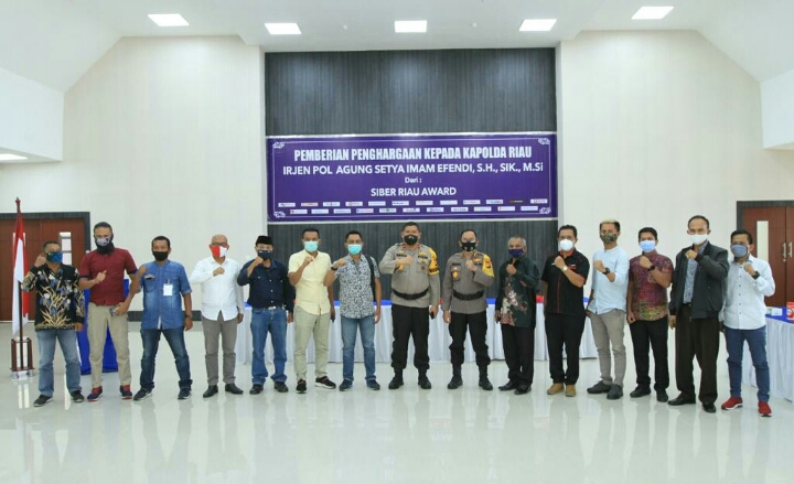 Kapolda Riau Menerima Penghargaan Dari Siber Riau Award