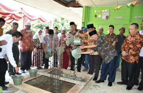 Bupati Dan Wabup Letakkan Batu Pertama Pembangunan SD Negeri di Desa Kerapuh