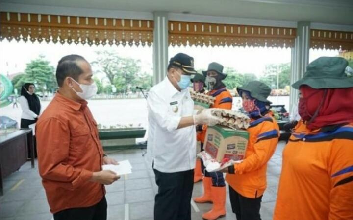 Walikota Tebingtinggi Serahkan Bantuan Kepada Petugas Kebersihan Kota