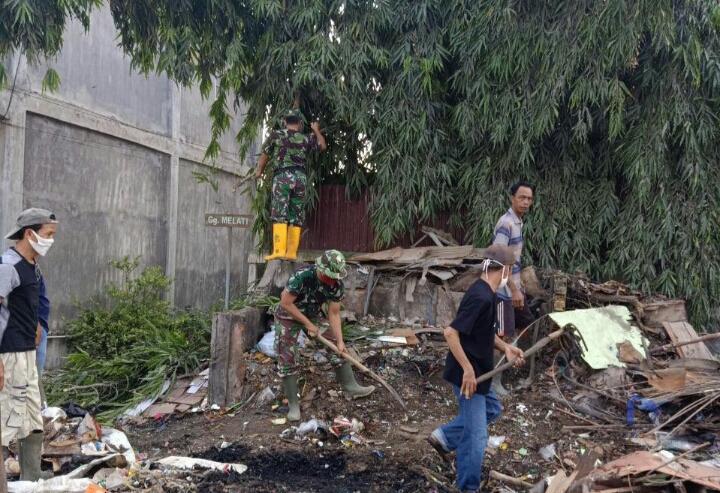 Peduli Kebersihan, Babinsa Kodim 0302/Inhu Laksanakan Pembersihan Sampah Yang Menumpuk