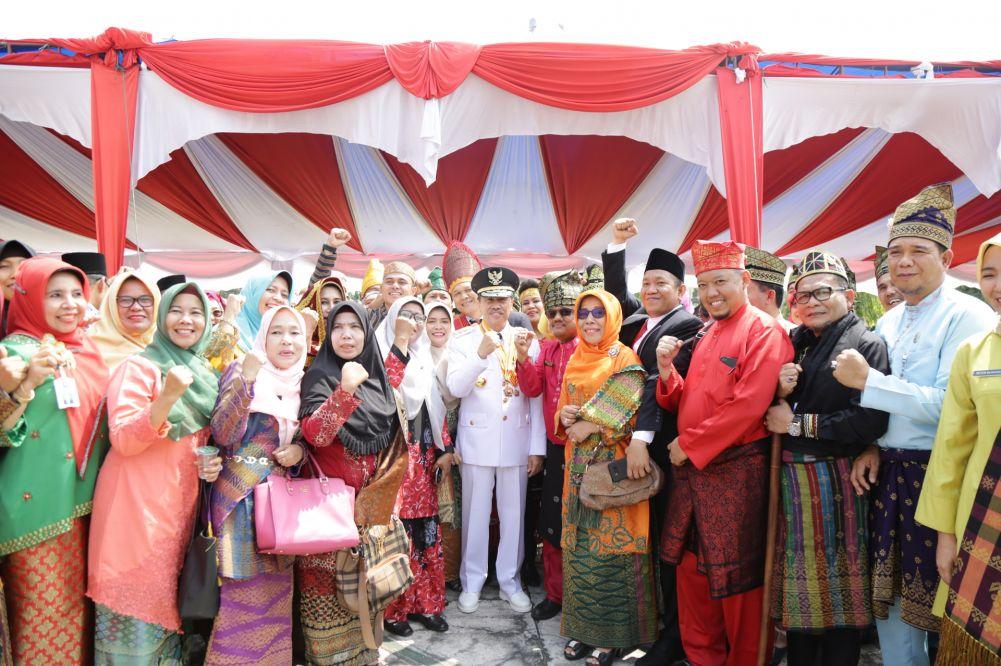 Podium Undangan Upacara HUT RI Di Kantor Gubernur Riau Jadi Indonesia Mini