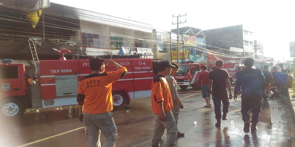 8 Unit Mobil Damkar Diterjunkan Untuk Memadamkan Api