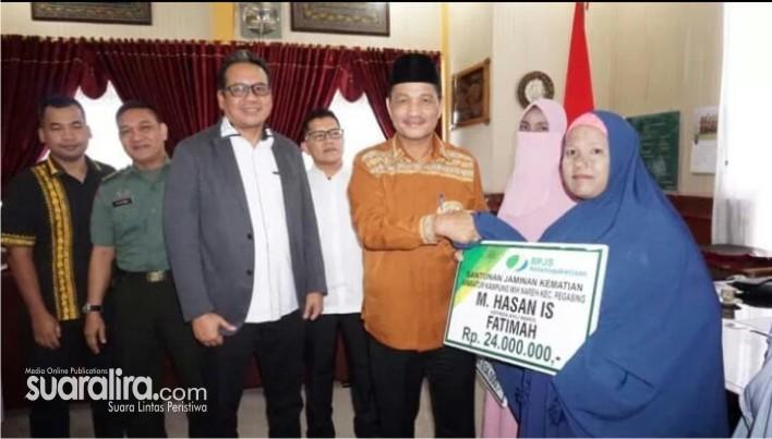 Wabup Aceh Tengah Serahkan Santunan Klaim BPJS Ketenagakerjaan Kepada 3 Ahli Waris