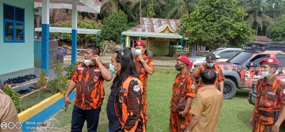 Ketua MPC ROHUL Beserta Jajaranya Beri Bantuan Ke Ponpes AL-KAFLI