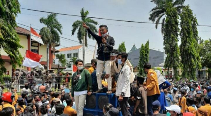 Tolak Omnibus Law, Para Mahasiswa di Sumenep Demo Kantor DPRD