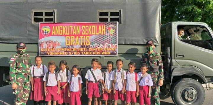 Satgas Yonarmed 3/105 Tarik, Bantu Antar Generasi Muda Perbatasan Pergi Ke Sekolah