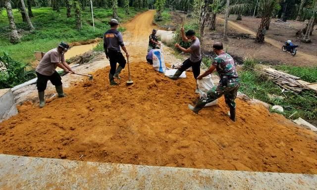 TNI dan Warga Lanjutkan Penimbunan Box Culvert Dusun Suka Mulya Jaya