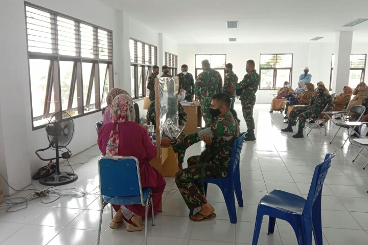 Personnel Satgas TMMD Sukseskan Vaksinasi Tahap II Covid-19 di Puskesmas Ujung Batu
