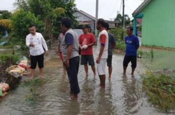 Lurah Sidomulyo Barat Tinjau Warga yang Dilanda Banjir