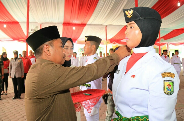 PLH Bupati Sergai Kukuhkan 45 Pasukan Paskibra Kabupaten Sergai