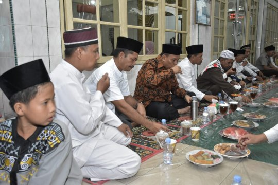 Dandim 0204/DS bersama Wali Kota berbuka puasa di Mesjid As Suhada