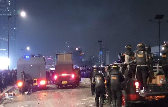 Ricuh Tak Henti-henti, Massa-Polisi di Slipi Bentrok Lagi
