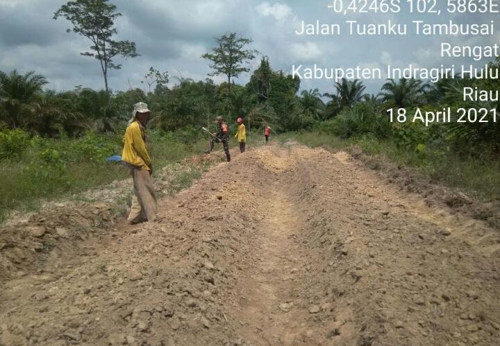 Babinsa Kodim 0302/Inhu Bantu Petani Siapkan Lahan Pertanian