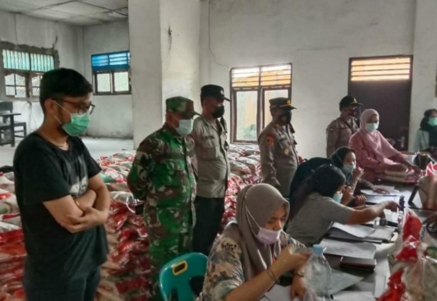 Polsek Sipispis Lakukan Pengamanan di Enam Desa Penerima Bantuan Beras Dimasa PPKM