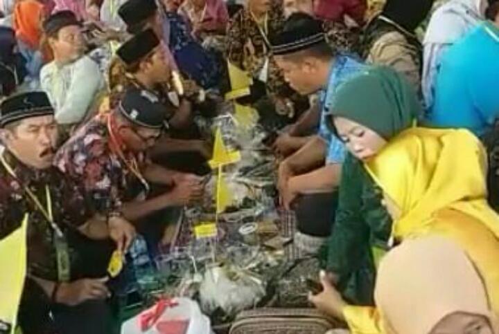 HUT ke-16 Kabupaten Sergai Mendapat Rekor Muri 12.156 Peserta Makan Nasi Ambeng