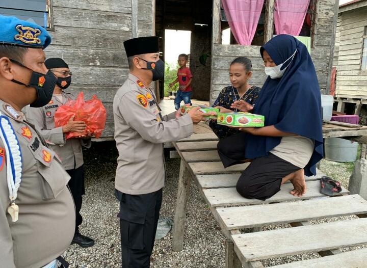 Jelang Buka Puasa, Polsek Panipahan Berbagi Nasi Kotak Ke Masyarakat