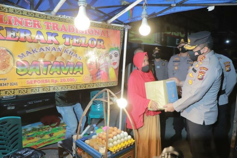 Pedagang Kaki Lima Mendapatkan Berkah Dari Pimpinan Patroli Skala Besar Polda Riau
