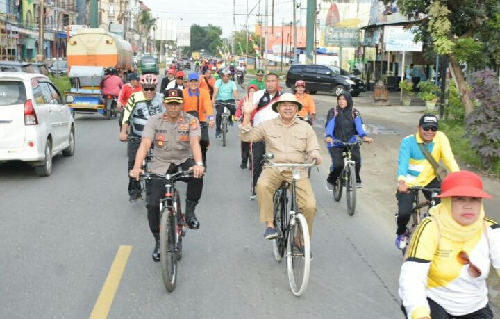 Bupati Sergai dan Jajaran Dinas Pendidikan Meriahkan Sepeda Santai HUT PGRI