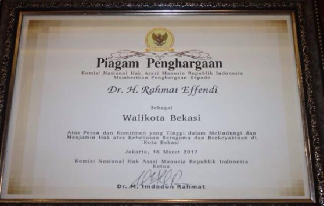 Piagam Yang Diberikan Komnas Ham Untuk Walikota Bekasi, Rahmat Effendi